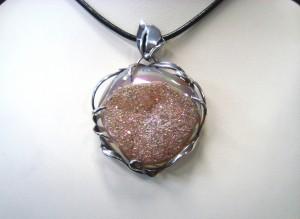 Ахатова друза с покритие от титаниев нитрит – медальон – N394 | Druzy agate with titanium nitride coating – pendant – N394
