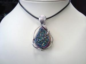 Ахатова друза с покритие от титаниев нитрит – медальон – N396   Druzy agate with titanium nitride coating – pendant – N396