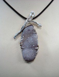 Кварцова друза с аметистови кристали – медальон – N591 | Quartz Druse with Amethyst crystals – pendant – N591
