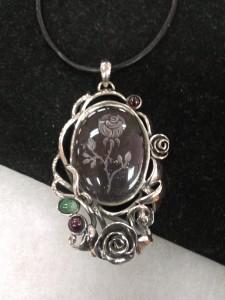 Инталия в Планински Кристал, Изумруд, Гранат – медальон – N712