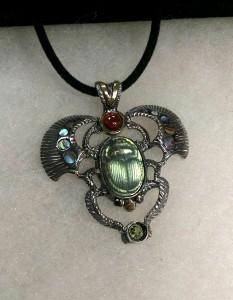Скарабей. Камея върху лабрадорит от Детелина Иванова, сребро, злато, гранат, перидот, зелен седеф – медальон – N751